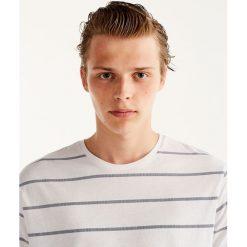 Koszulka w marynarskie paski. Szare t-shirty męskie marki Pull & Bear, okrągłe. Za 29,90 zł.