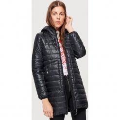 Pikowany płaszcz z ociepleniem - Czarny. Czarne płaszcze damskie marki Cropp, l. W wyprzedaży za 99,99 zł.