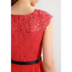 Swing Sukienka koktajlowa kaminrot. Czerwone sukienki koktajlowe marki Swing, z materiału. W wyprzedaży za 389,25 zł.