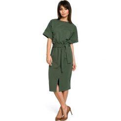 AZARIA Dzianinowa sukienka midi z rozcięciem z przodu - militarno zielona. Zielone sukienki mini marki BE, na imprezę, l, z dzianiny, eleganckie, z krótkim rękawem, dopasowane. Za 159,90 zł.