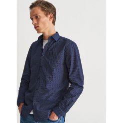 Bawełniana koszula z drobnym wzorem - Granatowy. Niebieskie koszule męskie marki Reserved, m, z nadrukiem, z bawełny. Za 99,99 zł.