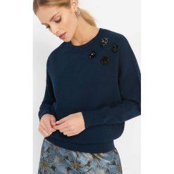 Sweter z aplikacją 3D. Czarne swetry klasyczne damskie marki Orsay, xs, z bawełny, z dekoltem na plecach. Za 99,99 zł.