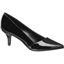 Czółenka damskie Graceland czarne. Czarne czółenka marki Graceland, w kolorowe wzory, z materiału. Za 69,90 zł.