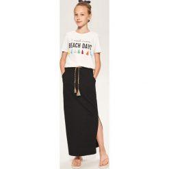 Długa spódnica dresowa - Czarny. Czarne spódniczki dziewczęce Reserved, z dresówki, maxi. W wyprzedaży za 29,99 zł.
