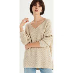 Sweter z dekoltem w szpic - Kremowy. Białe swetry klasyczne damskie Sinsay, l. Za 69,99 zł.