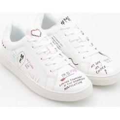 Buty sportowe damskie: Sportowe buty we wzory – Biały