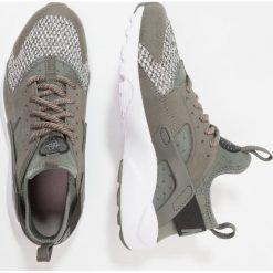 Nike Sportswear AIR HUARACHE RUN ULTRA SE (GS) Tenisówki i Trampki river rock/black/cobblestone. Zielone tenisówki męskie Nike Sportswear, z materiału. W wyprzedaży za 375,20 zł.