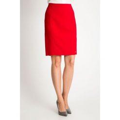 Czerwona spódnica przed kolano QUIOSQUE. Czerwone spódnice wieczorowe QUIOSQUE, z tkaniny, proste. W wyprzedaży za 69,99 zł.