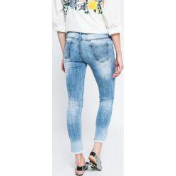 Answear - Jeansy. Niebieskie jeansy damskie marki ANSWEAR, z bawełny, z obniżonym stanem. W wyprzedaży za 119,90 zł.