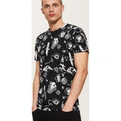 T-shirt z nadrukiem all over - Czarny. Czarne t-shirty męskie z nadrukiem marki House, l. Za 49,99 zł.