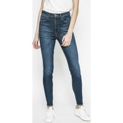 Wrangler - Jeansy Blue Shadow. Szare jeansy damskie marki Wrangler, na co dzień, m, z nadrukiem, casualowe, z okrągłym kołnierzem, mini, proste. W wyprzedaży za 229,90 zł.