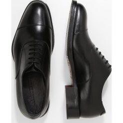 J.LINDEBERG HOPPER TOE PORT Eleganckie buty black. Czarne buty wizytowe męskie J.LINDEBERG, z materiału, na sznurówki. Za 929,00 zł.