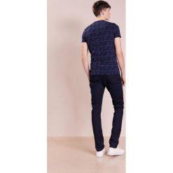 Emporio Armani SLIM Jeansy Slim Fit dark blue. Szare jeansy męskie relaxed fit marki Emporio Armani, l, z bawełny, z kapturem. W wyprzedaży za 501,75 zł.