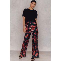 Spodnie z wysokim stanem: Hannalicious x NA-KD Rozszerzane spodnie garniturowe – Multicolor