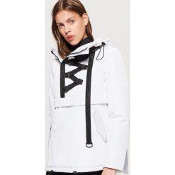 Kurtka typu anorak z taśmą - Biały. Białe kurtki damskie marki Cropp, m. W wyprzedaży za 69,99 zł.