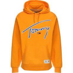 Tommy Jeans SIGNATURE HOODY Bluza z kapturem orange peel. Brązowe bluzy męskie rozpinane Tommy Jeans, m, z bawełny, z kapturem. Za 419,00 zł.