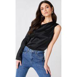Bluzki asymetryczne: Hannalicious x NA-KD Satynowa bluzka na jedno ramię - Black