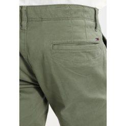 Tommy Jeans BASIC SLIM FERRY Chinosy deep lichen. Brązowe jeansy męskie regular Tommy Jeans. Za 399,00 zł.