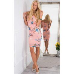 Pudrowa Szyfonowa Sukienka Carmen TA6123. Niebieskie sukienki marki bonprix, na lato, w kwiaty, z asymetrycznym kołnierzem. Za 59,20 zł.