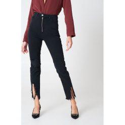 Spodnie z wysokim stanem: Hannalicious x NA-KD Jeansy z rozdarciami u dołu nogawek - Black