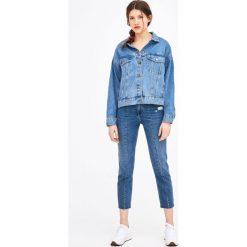 Jeansy z przeszyciami z przodu. Niebieskie jeansy damskie Pull&Bear. Za 139,00 zł.