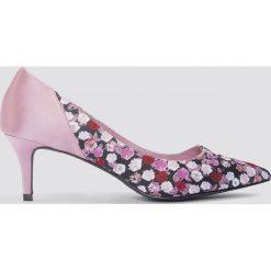 NA-KD Shoes Satynowe czółenka na średnim obcasie - Pink,Multicolor. Różowe buty ślubne damskie NA-KD Shoes, z satyny, na średnim obcasie, na obcasie. W wyprzedaży za 42,59 zł.