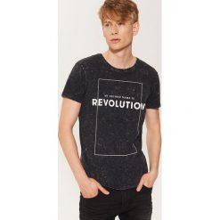 T-shirt z napisem - Czarny. Czarne t-shirty męskie marki House, l, z nadrukiem. Za 49,99 zł.