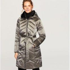 Pikowany płaszcz z kapturem - Szary. Szare płaszcze damskie marki Reserved. W wyprzedaży za 149,99 zł.