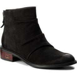 Botki CARINII - B4282 360-000-POL-C58. Czarne buty zimowe damskie Carinii, z nubiku, na obcasie. W wyprzedaży za 239,00 zł.