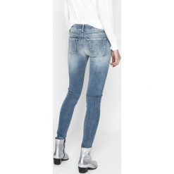 Pepe Jeans - Jeansy Pixie Studs. Niebieskie jeansy damskie rurki Pepe Jeans, z bawełny, z obniżonym stanem. W wyprzedaży za 319,90 zł.