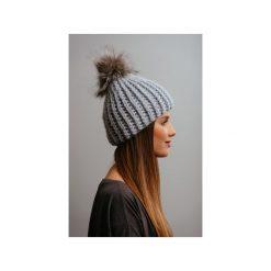 Czapki zimowe damskie: POMPOM – szara czapka z naturalnym futerkiem