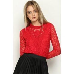 Czerwona Bluzka Victorian. Czerwone bluzki asymetryczne Born2be, s, z koronki, dekolt w kształcie v, z długim rękawem. Za 59,99 zł.