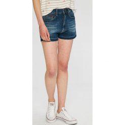 Tommy Jeans - Szorty. Szare szorty jeansowe damskie marki Tommy Jeans, casualowe. W wyprzedaży za 249,90 zł.