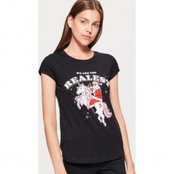 Koszulka z motywem świątecznym - Czarny. Czarne t-shirty damskie marki One Piece, s, z nadrukiem, z dekoltem w łódkę. Za 19,99 zł.