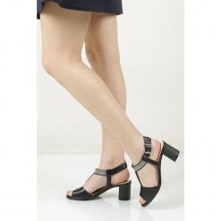 Sandały skórzane na słupku Caprice 9-28301-28. Szare sandały damskie na słupku Caprice. Za 169,99 zł.