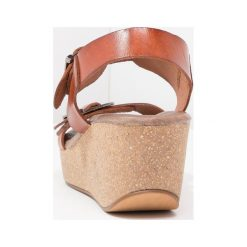 Rzymianki damskie: Pavement CAMILLA Sandały na platformie tan