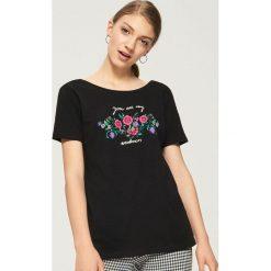 T-shirt z nadrukiem w kwiaty - Czarny. Szare t-shirty damskie marki Reserved, l. W wyprzedaży za 14,99 zł.