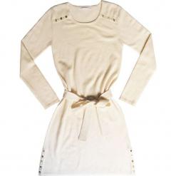 Sukienka kaszmirowa w kolorze białym. Białe sukienki na komunię marki Ateliers de la Maille, na imprezę, z aplikacjami, z kaszmiru, z okrągłym kołnierzem, midi. W wyprzedaży za 545,95 zł.