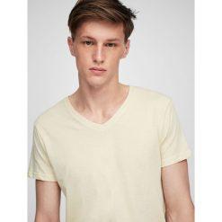 Koszulka basic z dekoltem w serek. Szare t-shirty męskie marki Pull & Bear, moro. Za 29,90 zł.