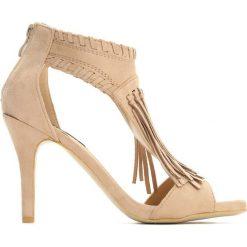 Beżowe Sandały Big Step. Brązowe sandały damskie z frędzlami Born2be, w paski, na wysokim obcasie, na szpilce. Za 79,99 zł.