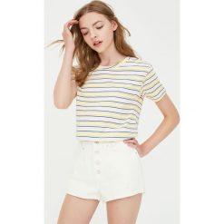 Koszulka z krótkim rękawem w kolorowe paski. Niebieskie t-shirty damskie marki Pull&Bear. Za 29,90 zł.