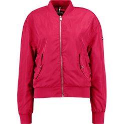 Tommy Jeans ESSENTIAL Kurtka Bomber lipstick red. Czerwone bomberki damskie marki Tommy Jeans, m, z jeansu. W wyprzedaży za 359,40 zł.