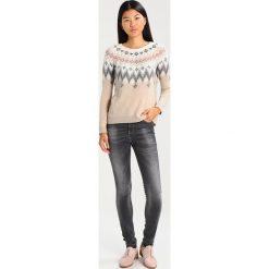 Benetton Jeansy Slim Fit gray. Szare jeansy damskie marki Benetton, z bawełny. W wyprzedaży za 175,20 zł.