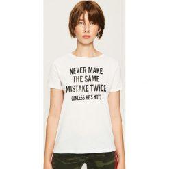 T-shirt z hasłem - Biały. Czerwone t-shirty damskie marki Sinsay, l, z nadrukiem. Za 19,99 zł.