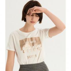 T-shirt ze złocistym nadrukiem - Kremowy. Białe t-shirty damskie Sinsay, l, z nadrukiem. Za 24,99 zł.