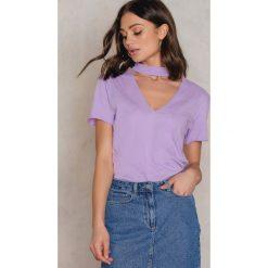 NA-KD T-shirt z dekoltem V - Purple. Fioletowe t-shirty damskie NA-KD, z bawełny, z chokerem. W wyprzedaży za 18,29 zł.