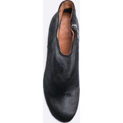 Gioseppo - Botki. Czarne botki damskie lity Gioseppo, z materiału, z okrągłym noskiem. W wyprzedaży za 179,90 zł.