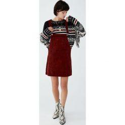Sztruksowa sukienka ogrodniczka basic. Czerwone sukienki hiszpanki Pull&Bear, z jeansu. Za 89,90 zł.