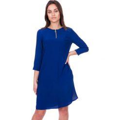 Niebieska sukienka z zamkiem na dekolcie BIALCON. Niebieskie sukienki koktajlowe marki BIALCON, na co dzień, z jedwabiu, z okrągłym kołnierzem. W wyprzedaży za 195,00 zł.