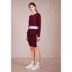 DESIGNERS REMIX CASEY PEPLUM Sweter colourblocked. Białe swetry klasyczne damskie marki DESIGNERS REMIX, z elastanu, polo. Za 839,00 zł.